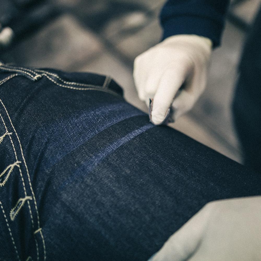 LIM-baffi-sagoma-denim-jeans